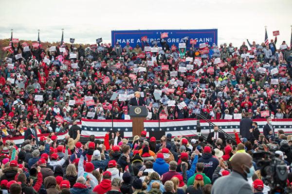 圖為2020年10月25日,美國新罕布什爾州倫敦德里(Londonderry),總統特朗普在曼徹斯特-波士頓地區機場舉行競選集會。(Scott Eisen/Getty Images)