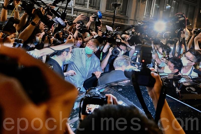 黎智英被捕約40小時後終獲准保釋,獲大批市民支持。(宋碧龍/大紀元)