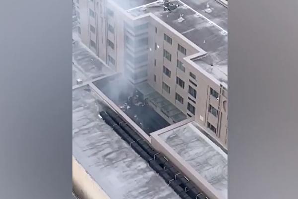 2020年7月21日,侯斯頓中領館人員被拍到火燒文件,驚動侯斯頓警局與消防部門出動。(影片截圖)