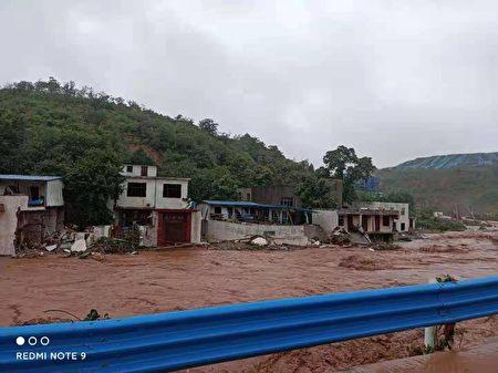 7月20日,河南滎陽市崔廟鎮王宗店村,洪水沖垮房屋,至少23人被倒塌房屋掩埋或被洪水沖走,至今仍有七人屍體未尋獲。(受訪者提供)