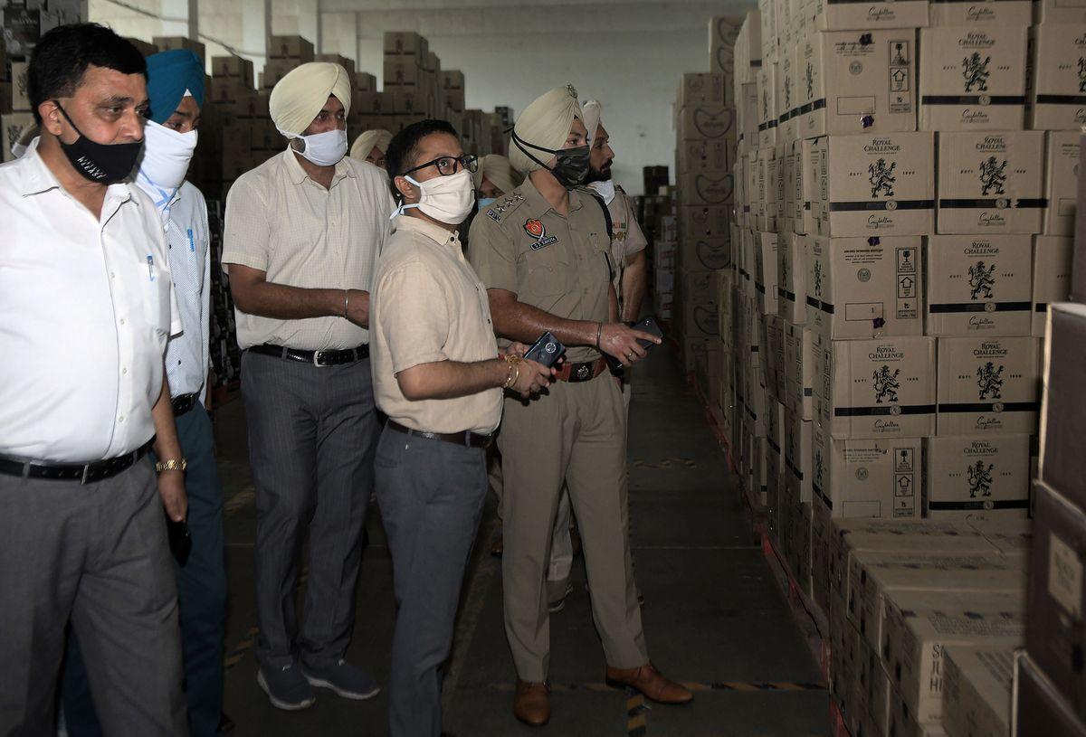 印度2020年8月11日晚上發佈一份官方聲明說,稅務部門突襲了幾個中國實體和其合夥人的洗錢場所。圖為印度警察在檢查一處倉庫,與本文無關。(NARINDER NANU/AFP via Getty Images)