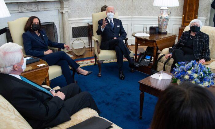 2021年2月9日,在華盛頓白宮橢圓形辦公室,總統祖拜登與副總統卡瑪拉‧哈里斯(左2)、財政部長珍妮特‧耶倫(右)以及商界領袖舉行會議,討論新冠肺炎紓困法案。(Saul Loeb/AFP via Getty Images)