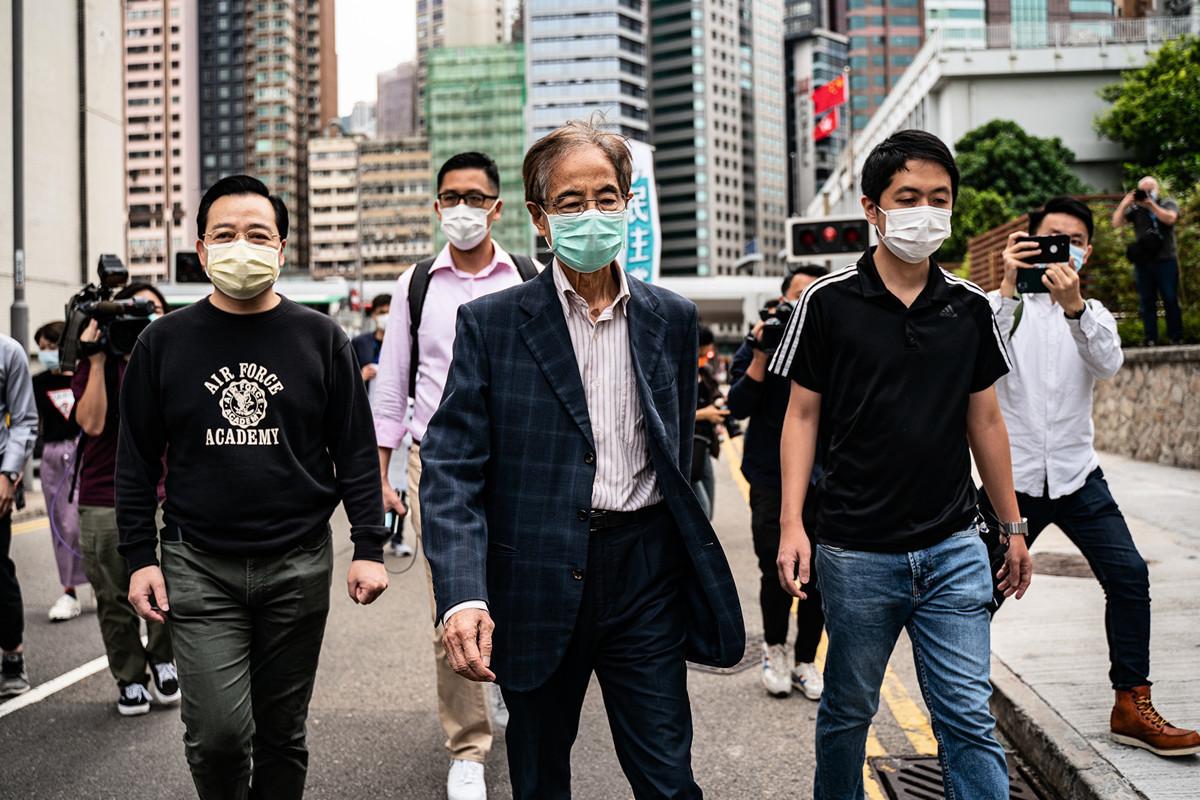 2020年4月18日,香港,前立法會議員、民主人士李柱銘(Martin Lee)被捕後,離開香港中區警察局。在中共肺炎(俗稱武漢肺炎、新冠肺炎)流行期間,大家戴著口罩。(Anthony Kwan/Getty Images)
