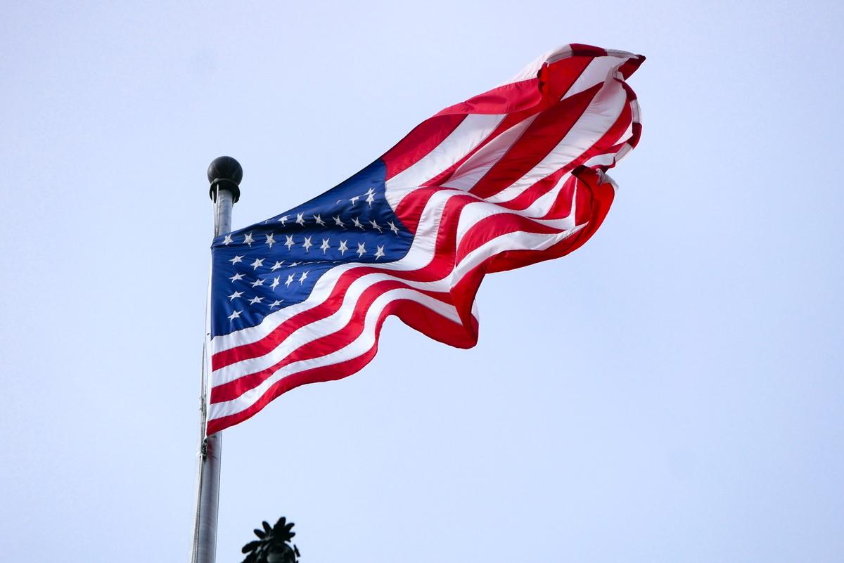 美國兩黨參議員提法案,要求監測和解決中共審查和恐嚇,給美國人和美國公司帶來的影響。圖為美國國會大廈的美國國旗。(李辰/大紀元)
