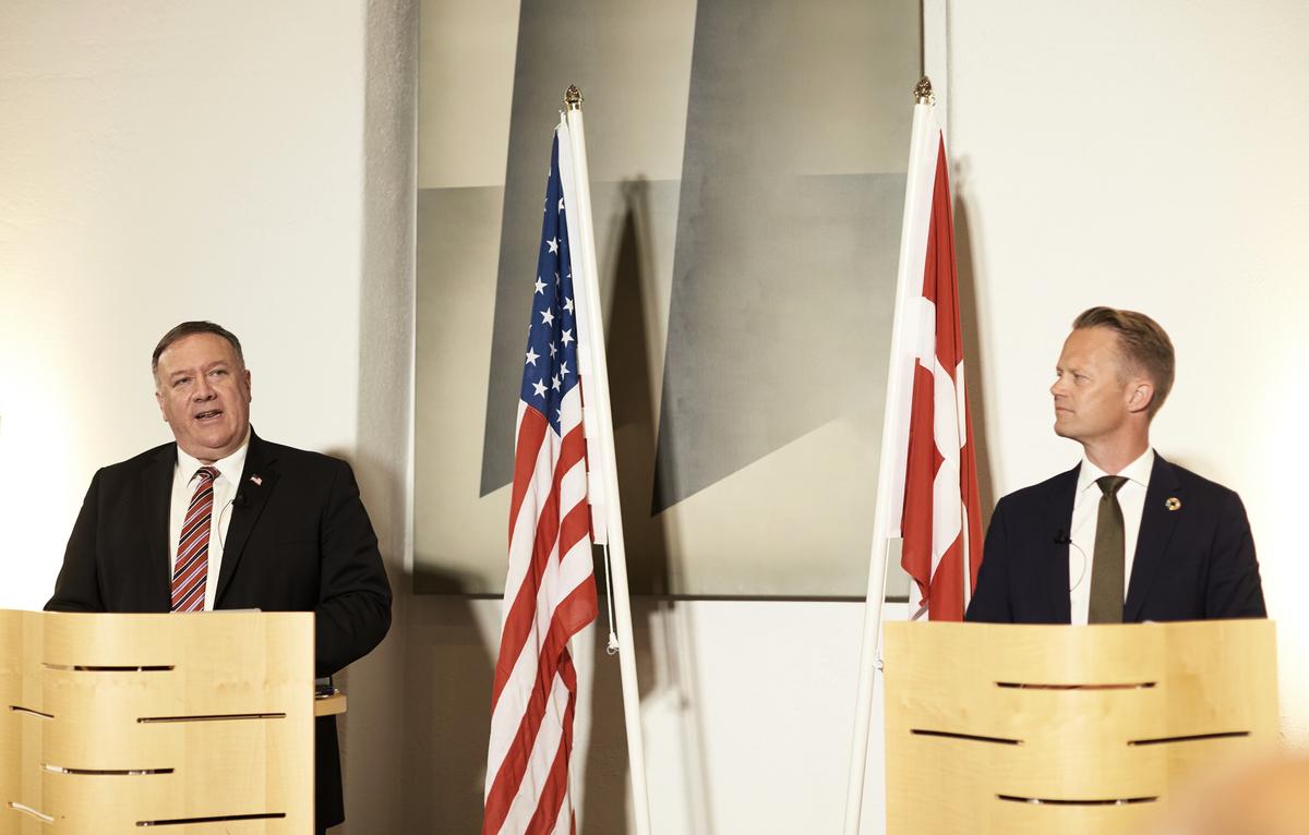 丹麥外交大臣傑普·科弗德(Jeppe Kofod,右)著重強調丹麥與美國將繼續緊密合作,通過如北極委員會(Arktisk Rad)等機構確保北極的和平。他同時向蓬佩奧(左)承諾,丹麥將繼續在海、陸、空三方面成為美國在北約的積極盟友。(Photo by Thibault Savary / various sources / AFP)