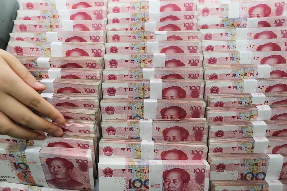 有分析指,中國不可採行「財政赤字貨幣化」,若人民銀行長期超發貨幣會引發通脹、房地產泡沫、人民幣貶值、主權評級遭調降等風險。(AFP)