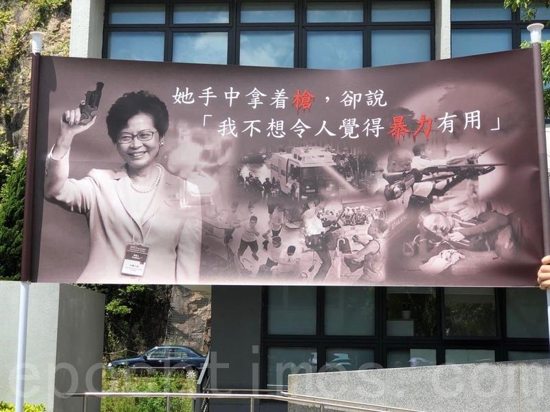 圖為9月6日,香港中文大學學生及教職員在百萬大道發起人鏈活動,譴責警方執法問題。(余天祐/大紀元)