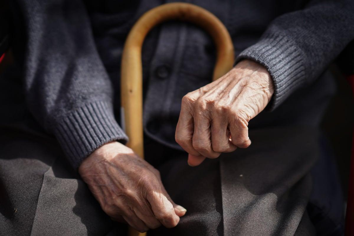 圖為2021年4月23日,一位在英國The Fed care home養老院的老人坐在自己的椅子上。( Christopher Furlong/Getty Images)