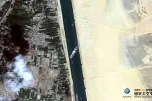 長賜輪船頭受損 蘇伊士運河350艘船被塞