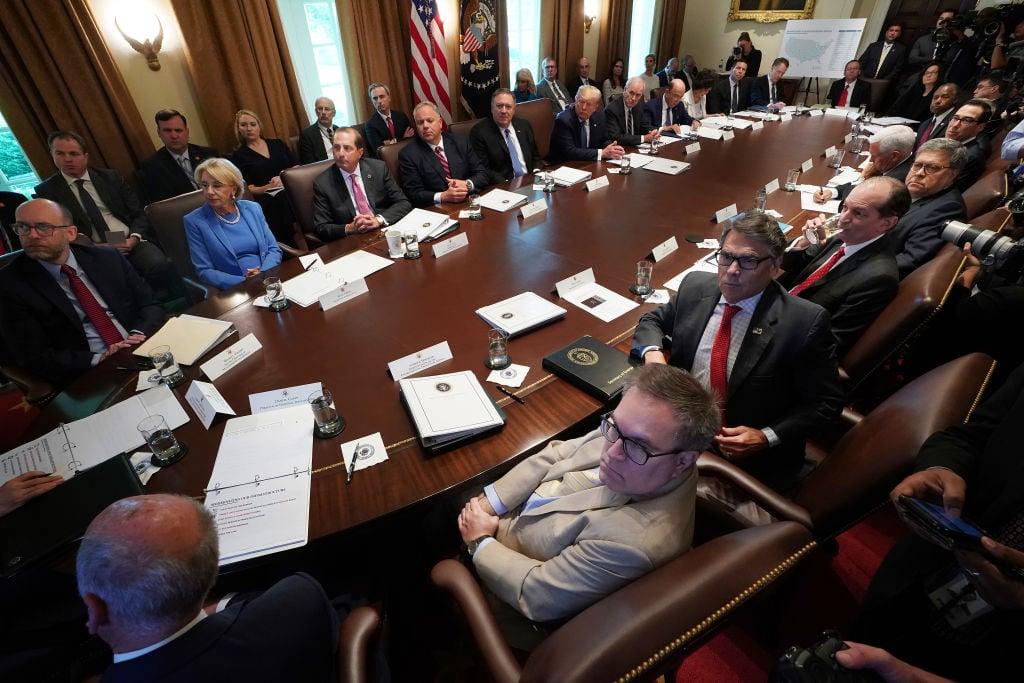 7月16日美國總統特朗普在白宮召開內閣會議,內容包括新移民法提案、國內低收入人群就業增長和伊朗問題等。(Chip Somodevilla/Getty Images)