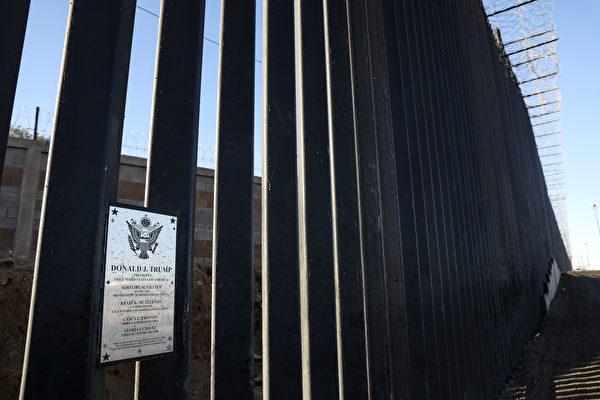 2020年12月1日,美國加州加利西哥(Calexico),美墨邊境欄杆上懸掛著表彰特朗普總統的匾牌。(Sandy Huffaker/Getty Images)