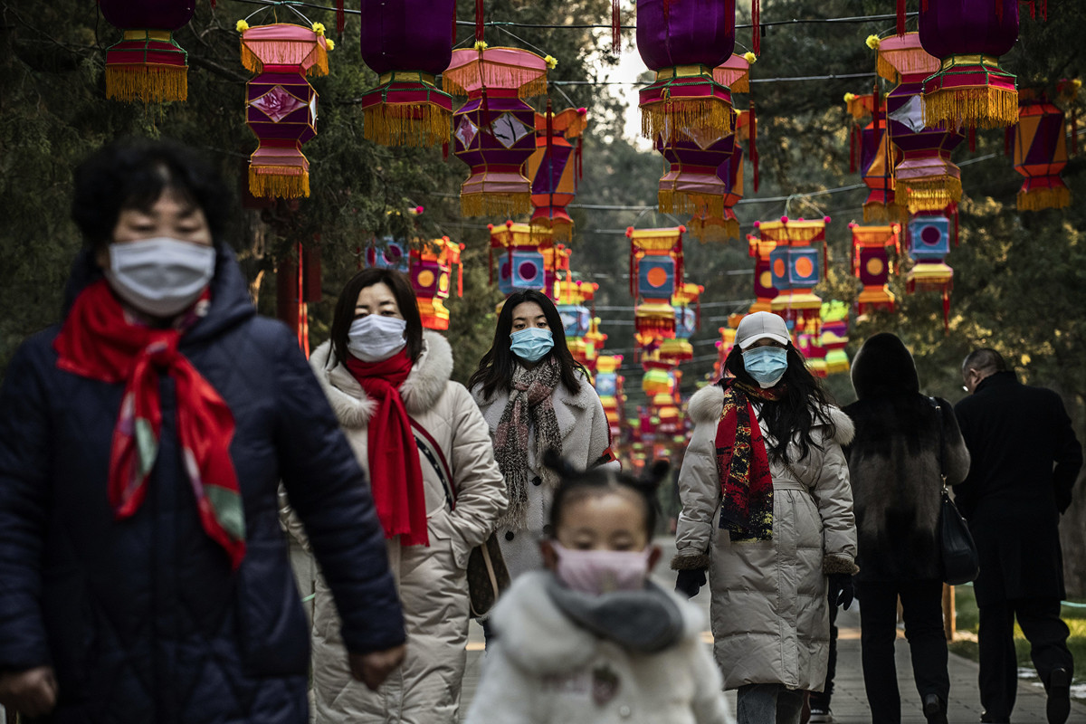 中共肺炎(俗稱武漢肺炎、新冠肺炎)迅速蔓延,圖為2020年大年初一北京街頭的行人。(Kevin Frayer/Getty Images)