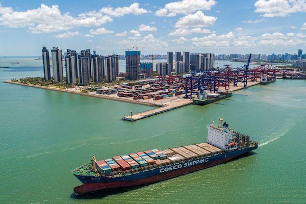 這張攝於2021年5月17日的航拍照片顯示,一艘滿載貨櫃的貨船正離開中國海南省海口市一個港口。(STR/AFP via Getty Images)