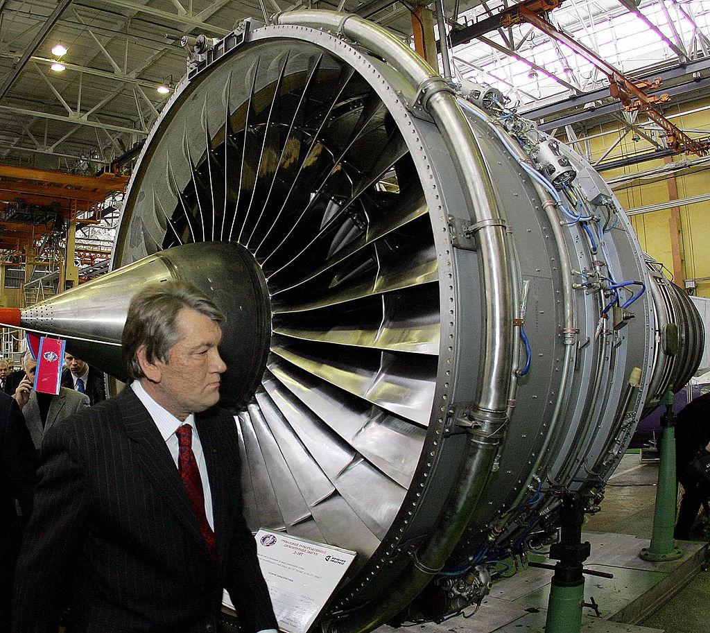 烏克蘭總統維克多·尤申(Viktor Yushchen)2006年參觀摩打西奇(Motor Sich)公司。(MYKOLA LAZARENKO/AFP via Getty Images)