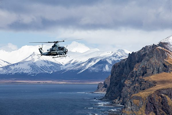 5月3日,馬克辛島號兩棲艦隊搭載的美國海軍陸戰隊第15遠征隊的AH-1Z Viper眼鏡蛇攻擊直升機,在2021北鋒演習(Northern Edge 2021)中飛躍阿拉斯加灣海域。(美國海軍陸戰隊)