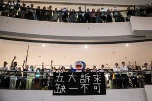 組圖:港人聚IFC商場高唱《願榮光歸香港》