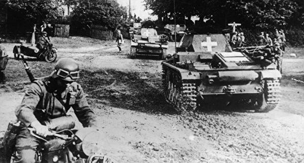 1939年9月1日,在沒有正式宣戰的情況下,德軍以「閃擊戰」的方式大舉進攻波蘭。(Pictorial Parade/Getty Images)
