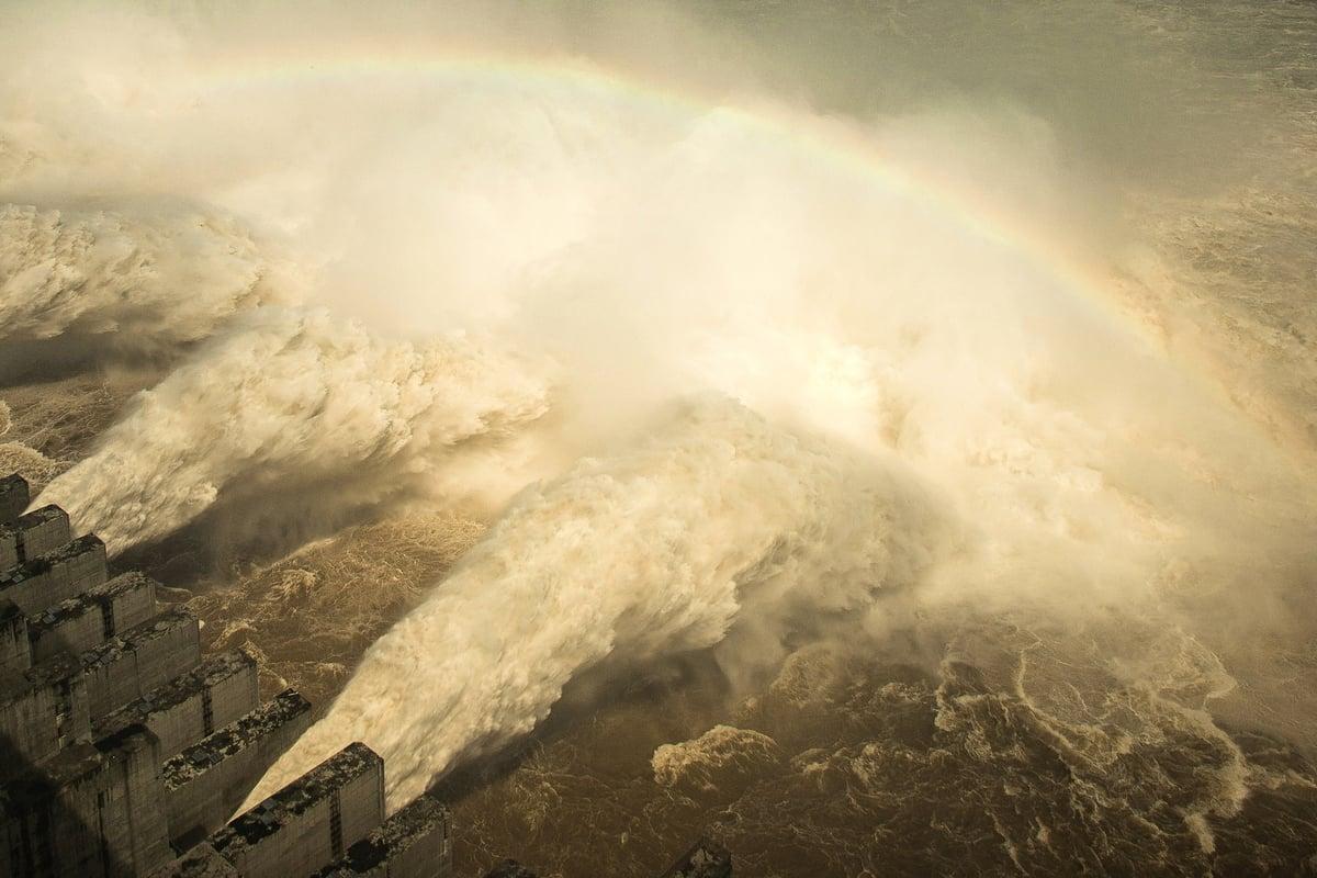 長江3號洪水又即將形成,使得已位移、變形的三峽大壩防洪或處於更加危險之中。(STR/AFP via Getty Images)