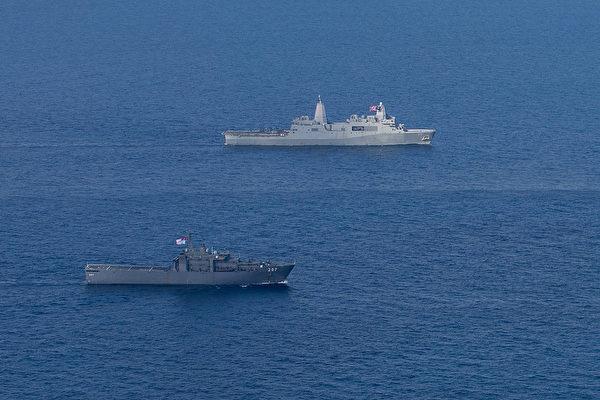 12月11日,新加坡的登陸艦耐力號(近處)與美軍的兩棲登陸艦薩默塞特號(LPD 25,遠處)在南海演習。(美國海軍陸戰隊)