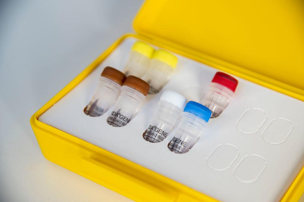 上周六(4月11日),10名中國人在巴西被捕,包括上海同鄉會會長鄭小雲,原因是涉嫌盜竊15,000套中共病毒檢測試劑盒和數百萬套防護裝備。圖為歐洲生產的中共病毒測試盒。(Thomas Lohnes/AFP)