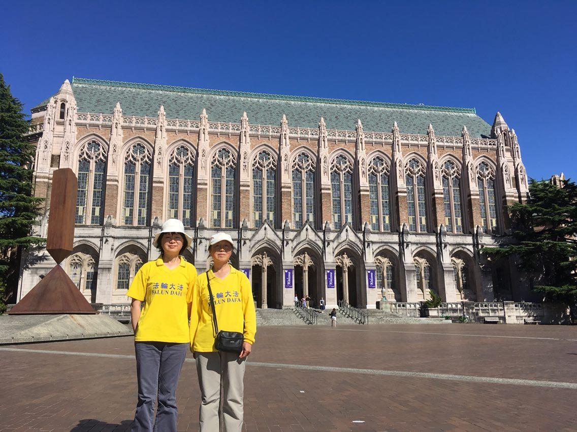 姐姐Helen歐(右)和妹妹Jane歐(左)在華盛頓大學Suzzalo Library外面。(受訪者提供)
