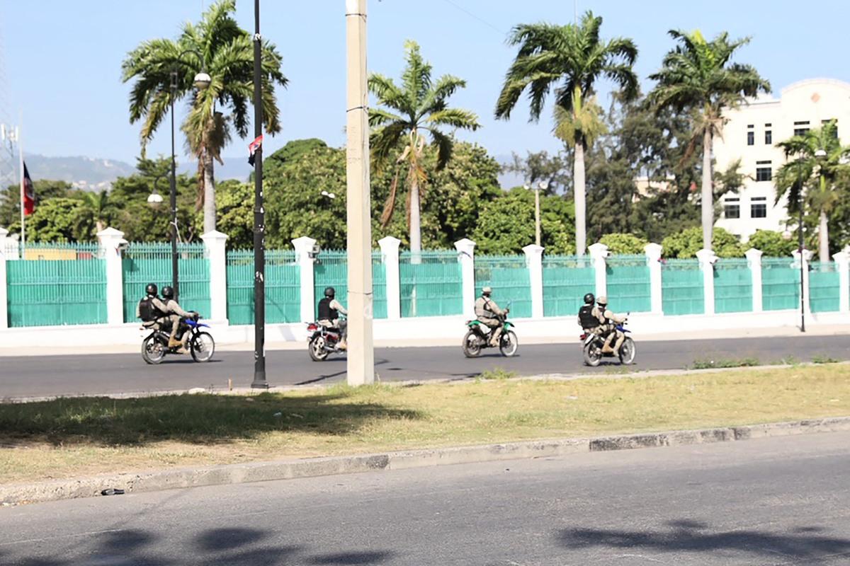 2021年7月7日,軍隊成員騎著摩托車穿過位於海底首都太子港(Port-au-Prince)的總統府附近的空曠街道。海地臨時總理同一天宣佈,總統約韋內爾·莫伊茲(Jovenel Moise)當天凌晨在其家中遇刺身亡,第一夫人也受傷。(VALERIE BAERISWYL/AFP via Getty Images)