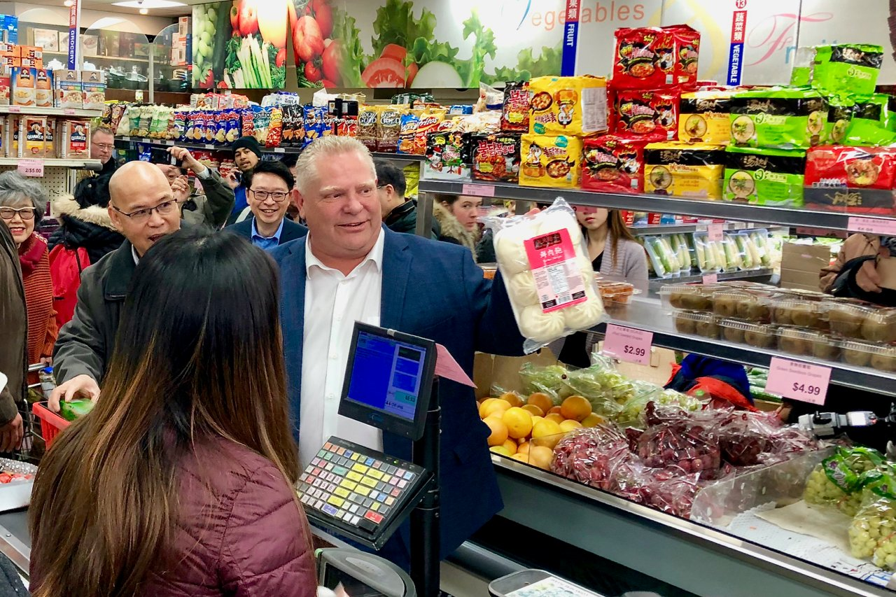 2020年2月23日,安省省長福特(右一)到多倫多唐人街買鮮肉包,以消除民眾對中共病毒(俗稱武漢病毒、新冠病毒)的恐懼。(周月諦/大紀元)