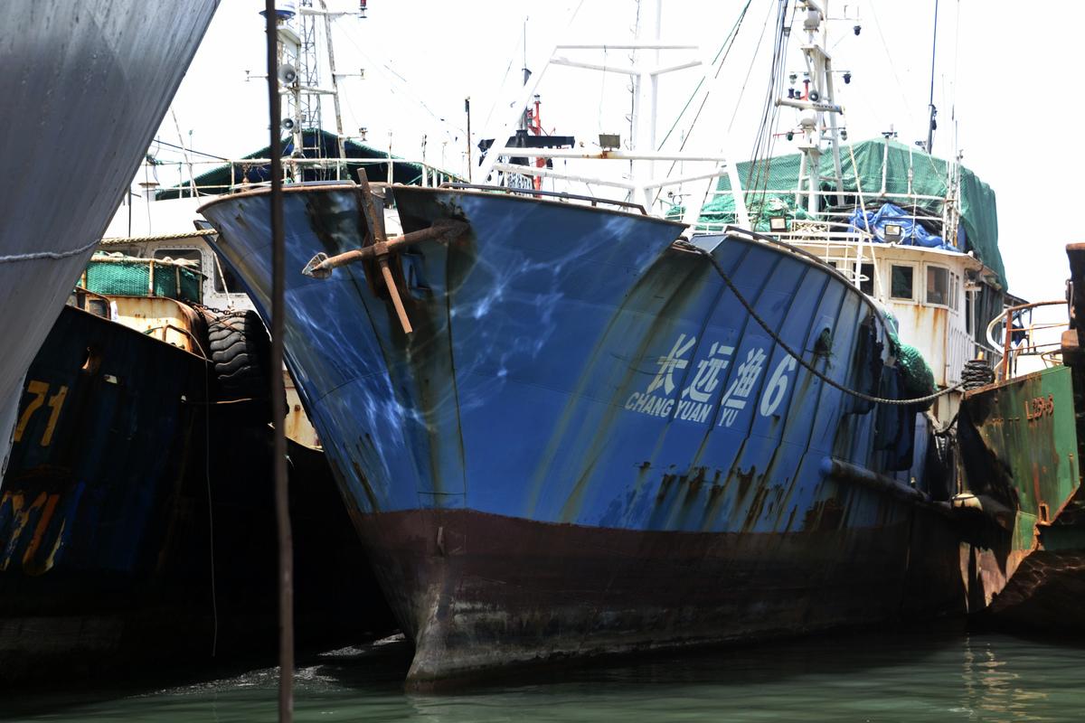 圖為幾內亞當局於2016年8月底在科納克里抓獲了一艘中國漁船。與本文中的漁船無關。(CELLOU BINANI/AFP)