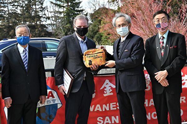 2月20日,三藩市灣區台灣商會向州參議員戴夫‧柯特西(Dave Cortese)辦公室捐贈1萬片口罩。(三藩市灣區台灣商會提供)