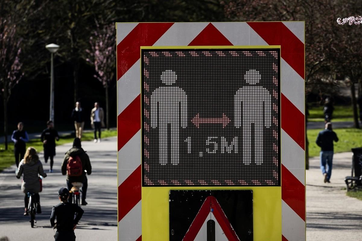 圖為荷蘭首都阿姆斯特丹馮德爾公園(Vondelpark)的防疫宣傳板,提醒人們保持社交距離,以遏制中共病毒(俗稱武漢病毒、新冠病毒)傳播。(攝於2020年3月22日)(Robin VAN LONKHUIJSEN / ANP / AFP)