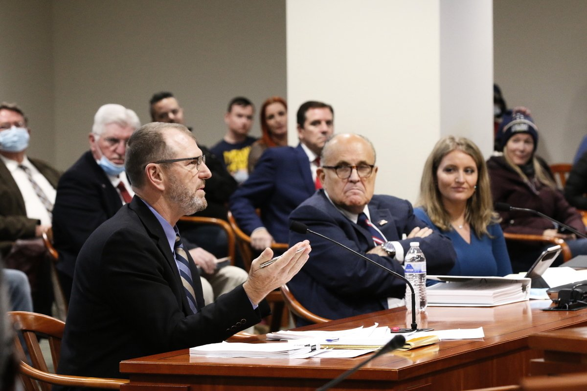 2020年12月2日,美國密歇根州,特朗普總統法律團隊負責人朱利亞尼與證人出席了密歇根州眾議院舉行的選舉聽證會。(LeiChen/新唐人)