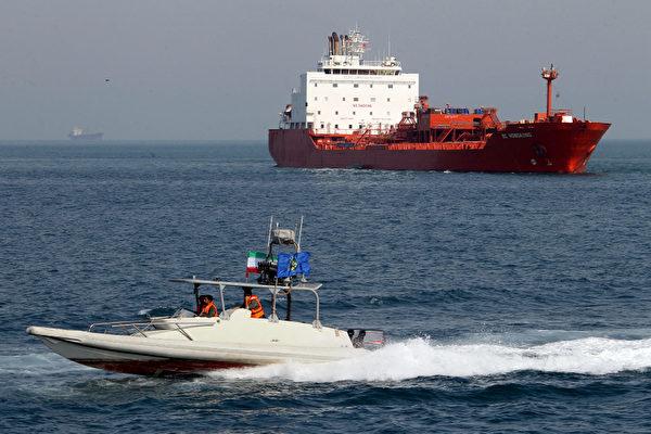 伊朗和委內瑞拉違反美國制裁令做石油交易,海上貨物交付未遂。圖為伊朗南部阿巴斯港的一艘油輪。(ATTA KENARE/AFP/GettyImages)