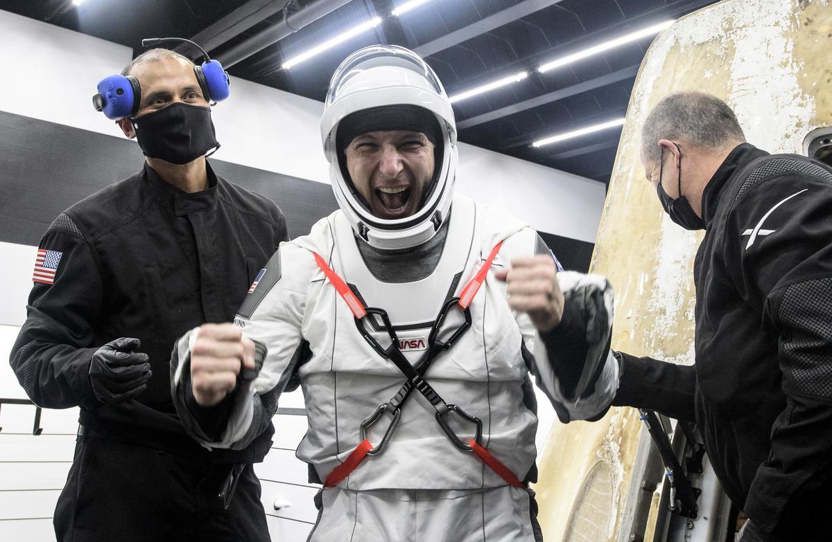 本次任務的航天指揮官美國太空人邁克·霍普金斯(Mike Hopkins)是第一個從太空艙中出來的人。(Bill Ingalls/NASA via Getty Images)