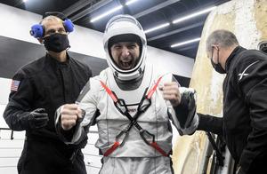 NASA逾50年首見 SpaceX載人飛船夜降大海