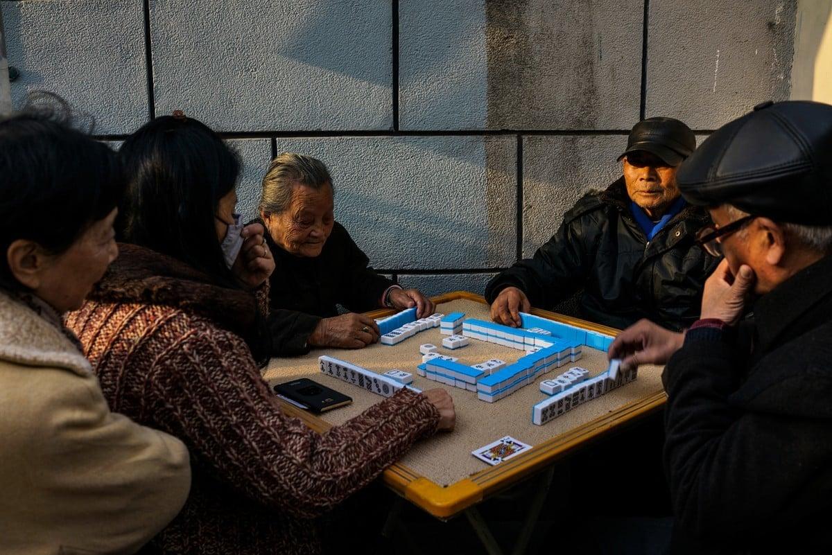 中國跌出世界第一人口大國榜單的嚴酷現實,已擺到中南海面前。圖為上海老城區打麻將的老年人。(Chandan Khanna / AFP)
