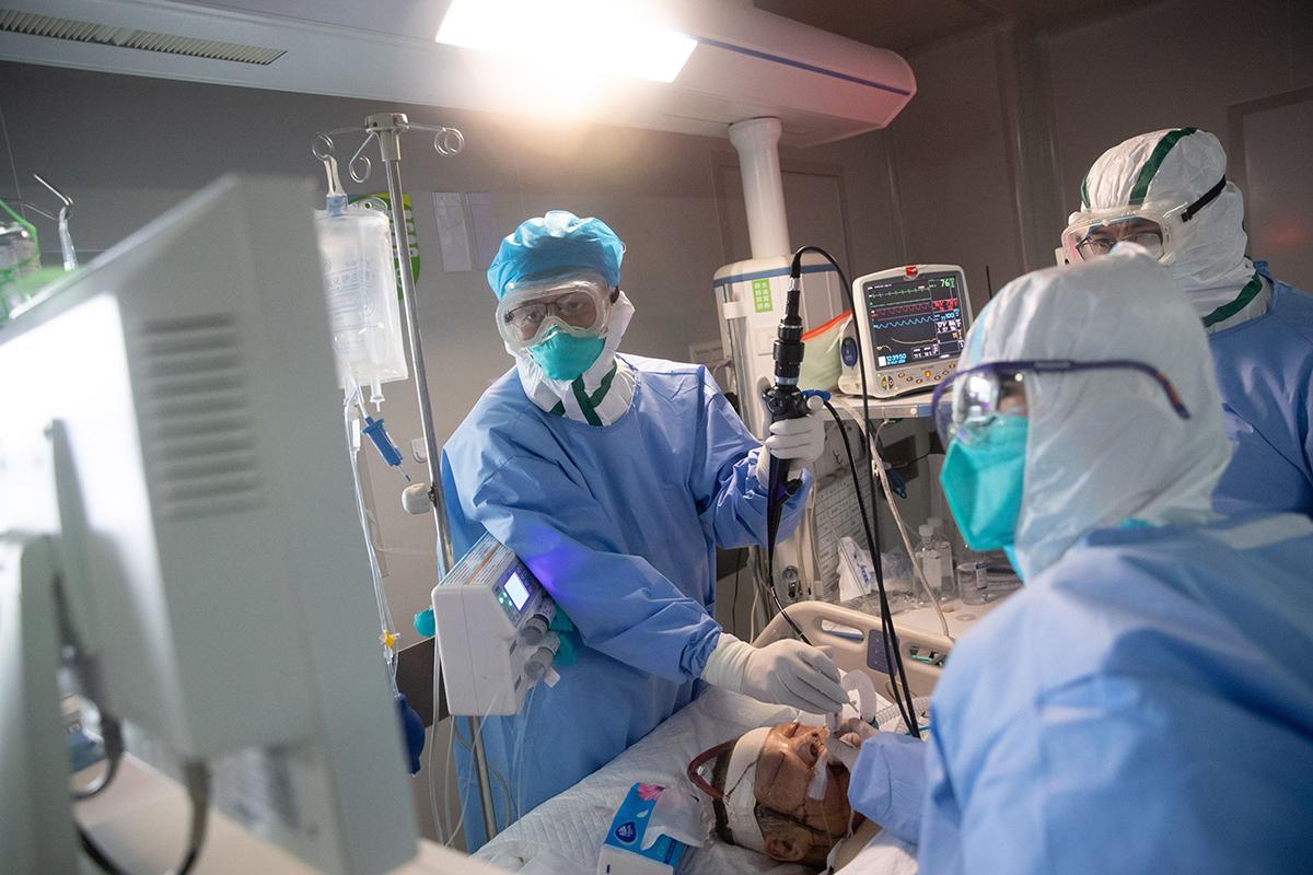 中共官方疫情數據被外界認為「嚴重低估」。不但李克強不相信中共疫情數據,特朗普也不信。許多中國人和國際社會都公開對中共的數據表示懷疑。(STR/Getty Images)