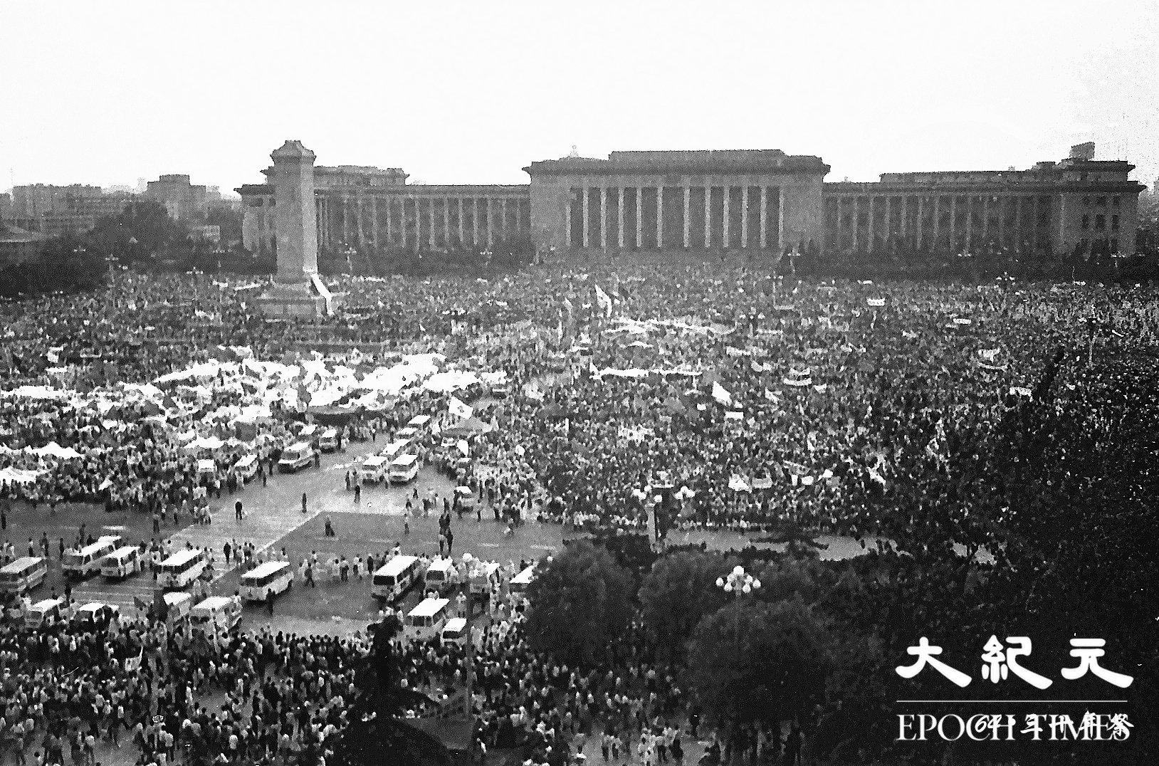1989年六四期間,北京學生抗議中共打壓,反腐敗要民主,發起絕食,得到廣大民眾的支持。(Jian Liu提供)