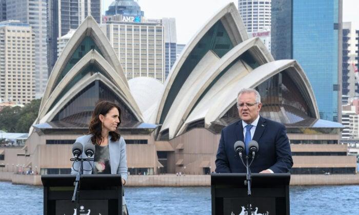 澳紐兩國終於互開國門,雙向旅行計劃2021年4月19日生效。圖為紐西蘭總理阿丹(左)和澳洲總理莫里森在一起的資料照。(James D. Morgan/Getty Images)