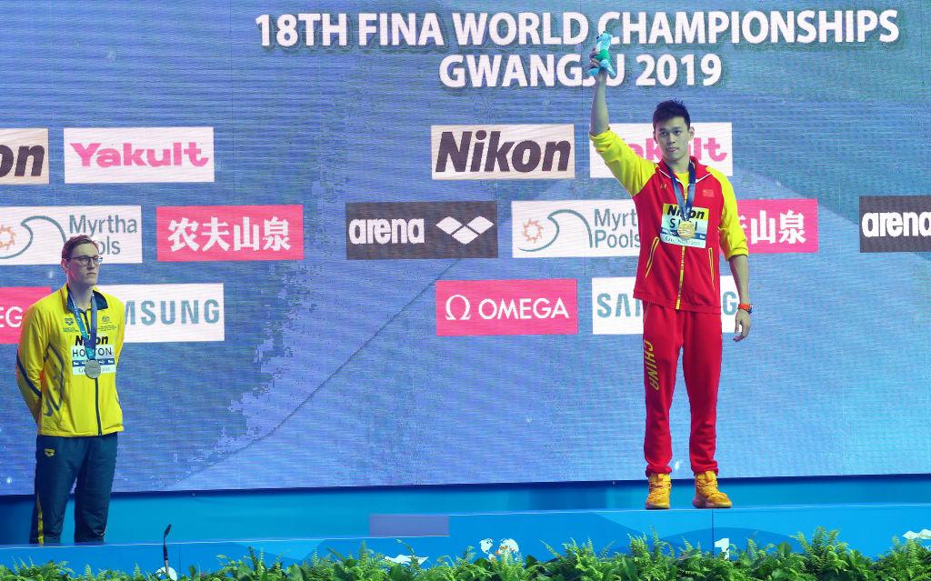 2019年南韓光州游泳世錦賽上,來自澳洲的銀牌選手麥克·霍爾頓(Mack Horton,左)拒絕同孫楊同台領獎,引發軒然大波。(Photo by Maddie Meyer/Getty Images)