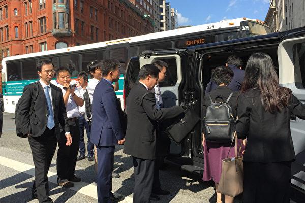 圖為中美第四輪貿易會談的中方代表離開美國財政部大樓。(VIRGINE MONTET/AFP/Getty Images)