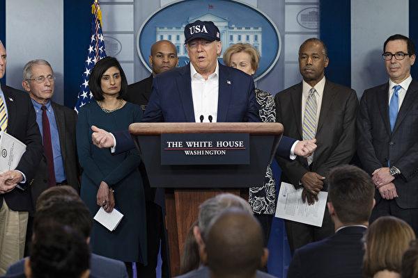 美國副總統彭斯(Mike Pence)3月14日午間舉行關於中共肺炎的美國疫情新聞發佈會,特朗普總統也出現在新聞會現場。(JIM WATSON / AFP)