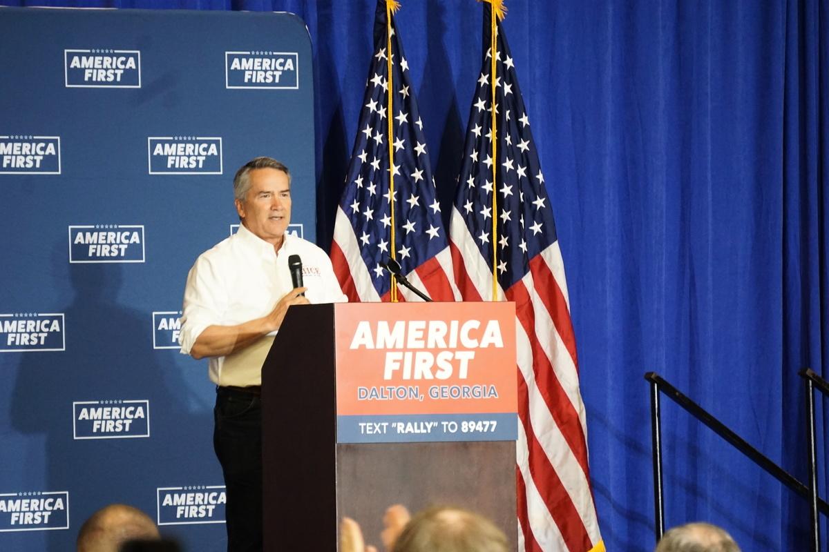 2021年5月27日晚,佐治亞州共和黨眾議員喬迪‧希斯(Jody Hice)出席國會議員蓋特茲和格林於佐治亞州道爾頓舉行的「美國優先」集會,並發表演講。(王瓊/大紀元)