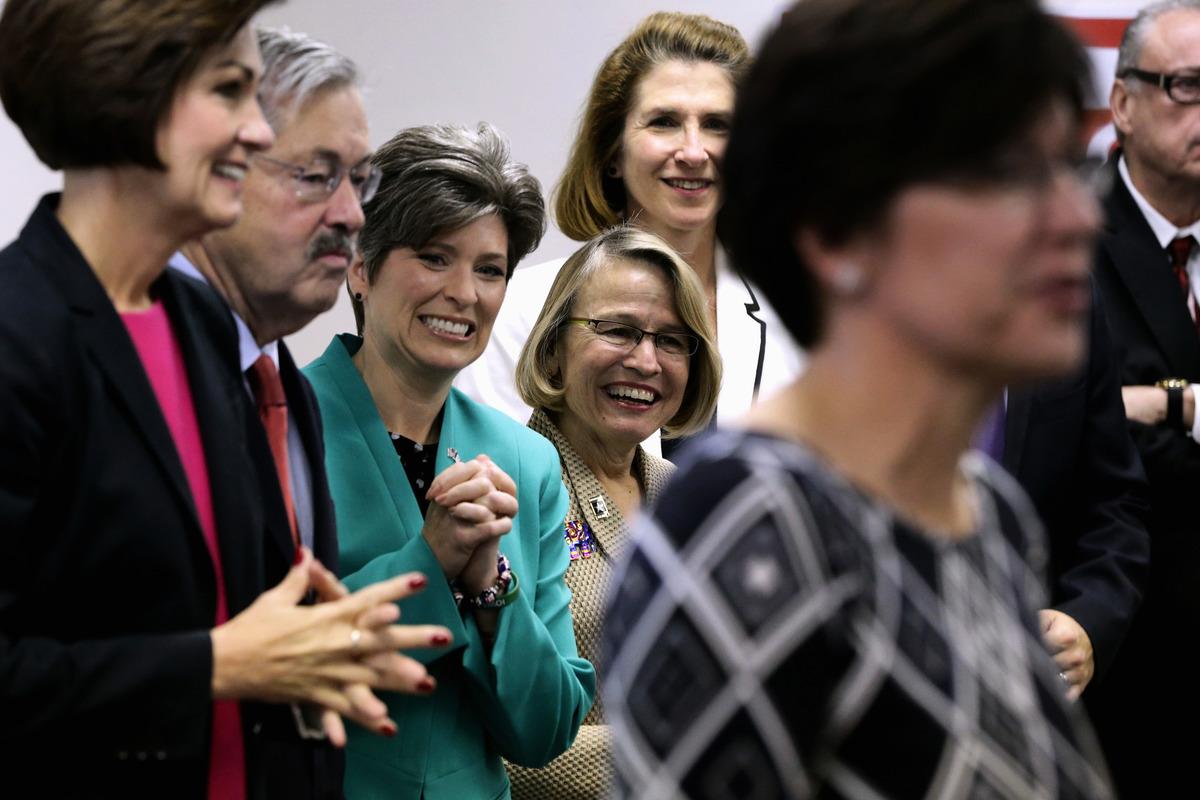 在重新點票後,愛荷華州共和黨聯邦眾議員候選人瑪麗安內特·米勒·米克斯(左四),以6票優勢領先民主黨對手,有望為共和黨拿下眾院一席。 (Chip Somodevilla/Getty Images)