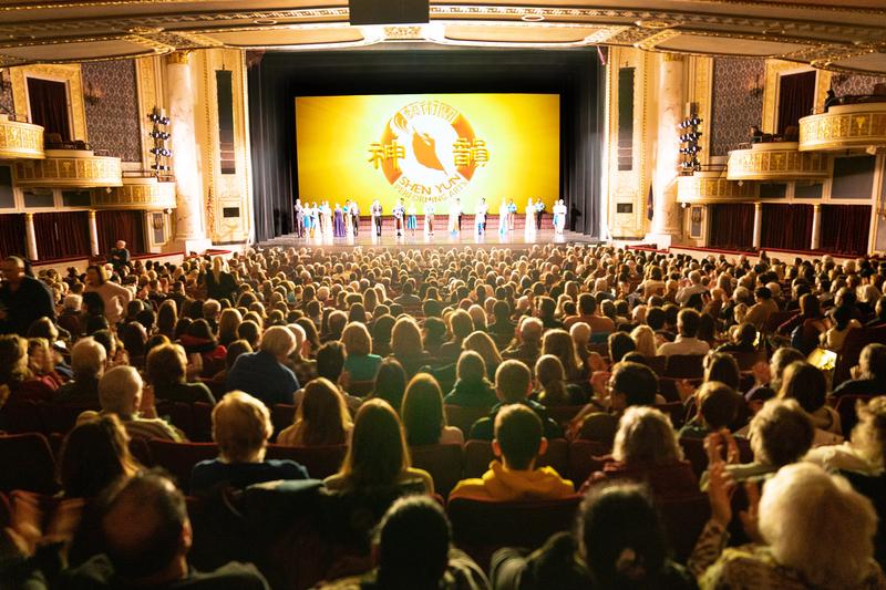 2020年1月21日晚上,神韻新紀元藝術團在美國紐約州府奧伯尼/斯克內克塔迪普羅克特斯劇院演出。(戴兵/大紀元)