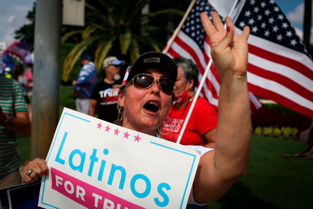 2020年9月25日,特朗普總統的支持者在佛羅里達州「拉丁裔支持特朗普」圓桌會議的會場外。(Photo by MARCO BELLO/AFP via Getty Images)
