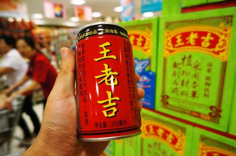 王老吉飲料再曝醜聞 倒出一坨似紙巾的異物