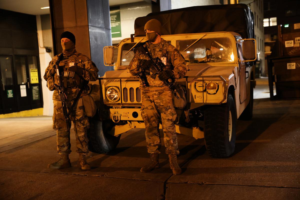 拜登就職典禮召開前,華盛頓特區加強安保。圖為2021年1月16日,國民警衛隊成員在該地區巡邏。(Spencer Platt/Getty Images)