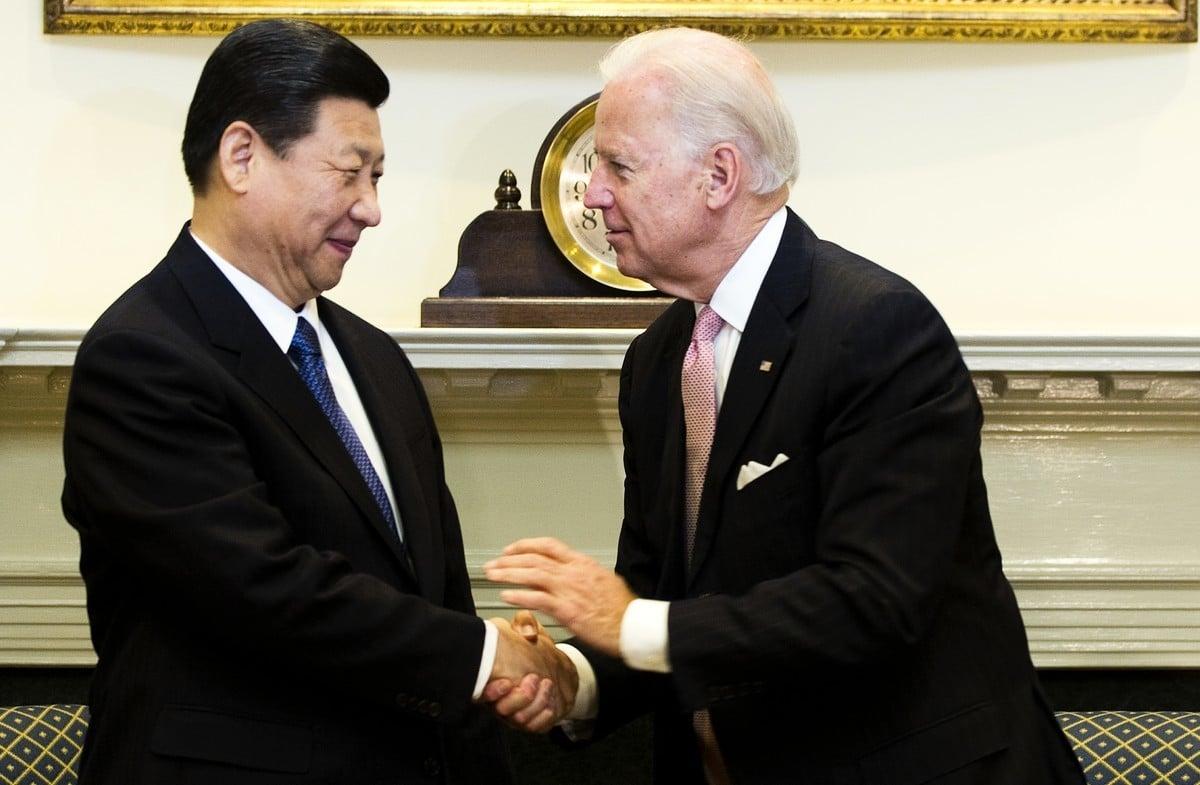 2012年2月14日,時任美國副總統拜登(Joe Biden,右)在白宮羅斯福廳與當時還是中共接班人的習近平(左)握手。(JIM WATSON/AFP via Getty Images)