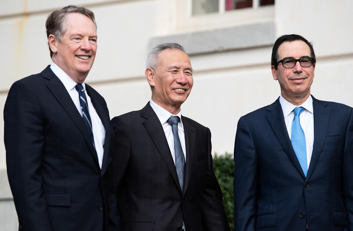 美國財政部長姆欽10月14日表示,如果中美沒有及時把最新一輪貿易談判中達成的共識變成正式協議,12月15日的關稅將如期加徵。(SAUL LOEB/AFP)