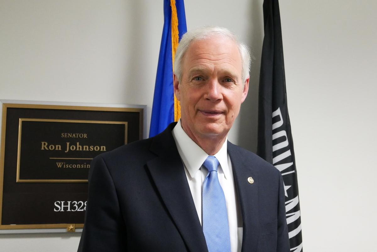 2020年12月16日,參議員約翰遜(Ron Johnson)在其辦公室門口。(李辰/大紀元)